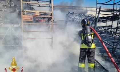 Incendio a Bagnatica, colonna di fumo visibile a chilometri di distanza