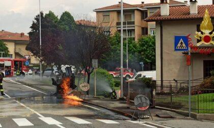 Colpisce la tubatura del gas con la trivella, fiamme in strada: arrivano i pompieri