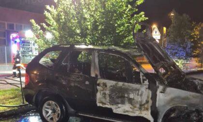 Incendio distrugge un'autovettura