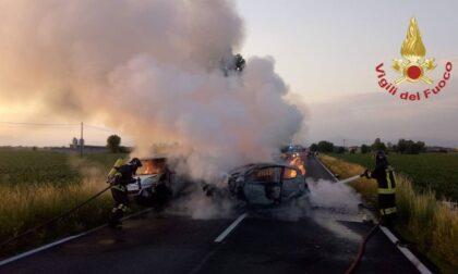 Auto in fiamme dopo l'incidente: gravi due feriti, c'è l'elisoccorso