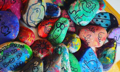 """I sassi colorati di Morengo, le foto che fanno impazzire i social: tutti """"a caccia"""""""