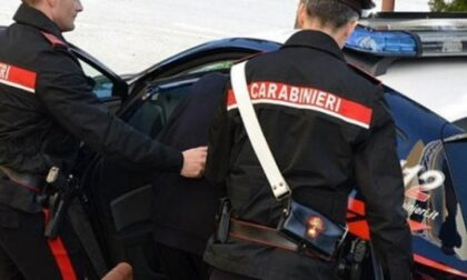Viola gli obblighi imposti e viene arrestato dai carabinieri.