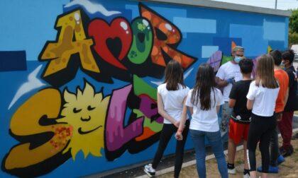 """Gli studenti della """"Ilaria Alpi"""" abbracciano la street art e sulla cabina elettrica spunta Dante"""
