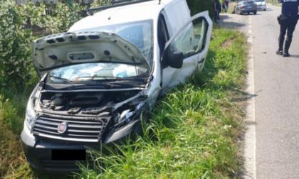 Ubriaco alla guida provoca un incidente poi tenta la fuga