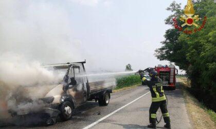 Furgone in fiamme, pompieri in azione a Martinengo