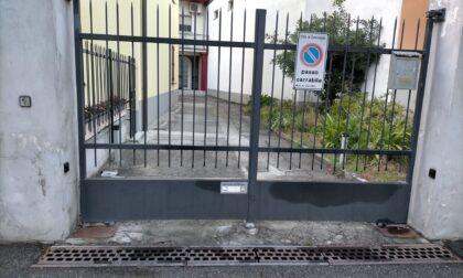 Per consegnare un pacco resta infilzato nel cancello, grave fattorino 24enne