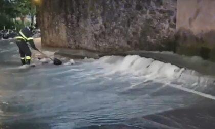 Si rompe un tubo e la strada diventa un torrente: impressionante video da Città Alta