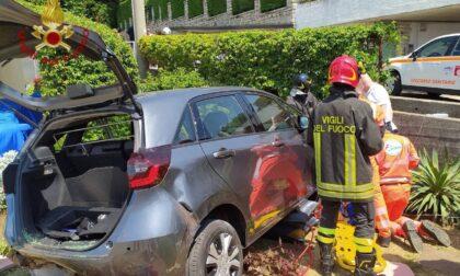 Investita da un'auto in manovra resta incastrata sotto la vettura