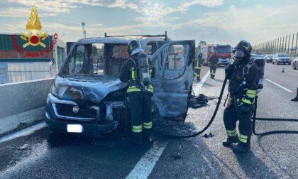 Furgone in fiamme sull'autostrada A4