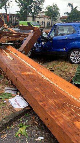 Lurano, un'auto schiacciata da una trave in legno