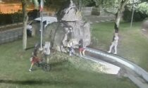 Bimbi sparpagliano indumenti sul monumento, il Comune minaccia sanzioni ai genitori