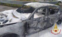 Auto divorata dalla fiamme al casello della Brebemi