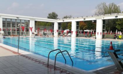 Incidente in piscina, bimba di due anni finisce sott'acqua, soccorsa in codice rosso