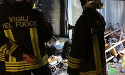 Incendio in un box, i Vigili del fuoco intervengono