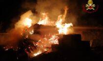 Fiamme nella notte, a Calcio brucia un deposito edile
