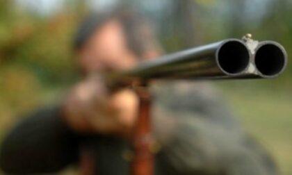 Girava con un fucile semiautomatico mai denunciato: cacciatore nei guai