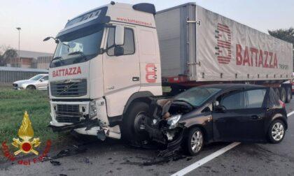 Schianto in via Crema, coinvolte tre auto e un camion
