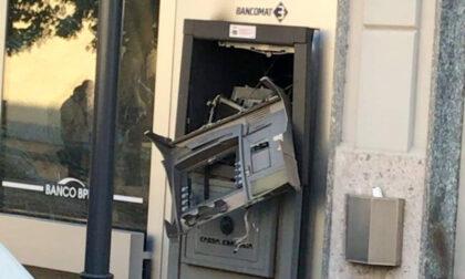 Ladri maldestri, fanno saltare il bancomat ma bruciano le banconote