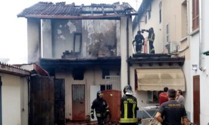 S'incendiail tetto, arrivano i Vigili del fuoco