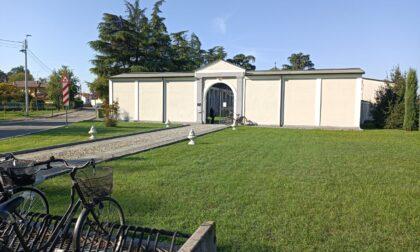 Aprono la bara e trovano due cadaveri: giallo al cimitero