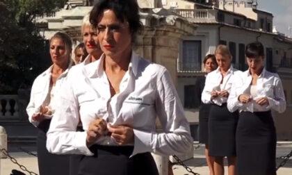 Hostess Alitalia si spogliano per protesta in Campidoglio
