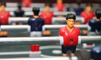 Giocano a calcio balilla senza mascherine: i carabinieri fan chiudere il bar
