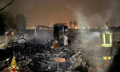 Baracca in fiamme, tre cani rischiano di bruciare vivi